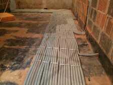 На фото пример работ: Монтаж проводки под полом, рис. 3
