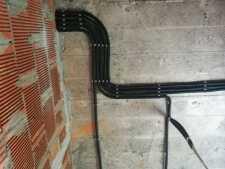 На фото пример работ: Монтаж проводки по потолку, рис. 3